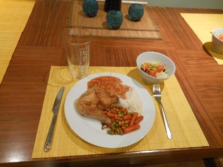 Arroz, feijão, frango assado, porção de legumes e salada!