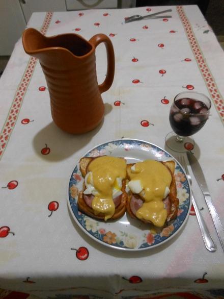 Eggs Benedict com Sangria: a mistura de culturas que deu certo!