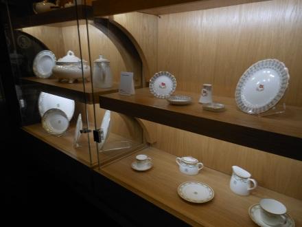 Réplicas da porcelana utilizada no Titanic, com o emblema da White Star Line